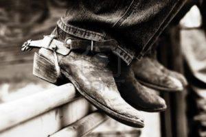 612530-rodeo-cowboy--39-esperienza-stivali-e-speroni-a-un-ferro-da-stiro-ferrovia-shallow-messa-a-fuoco-alt